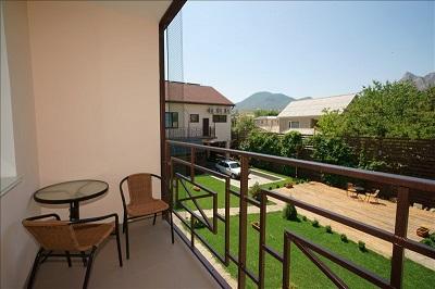 На балконе в номере отеля Лето