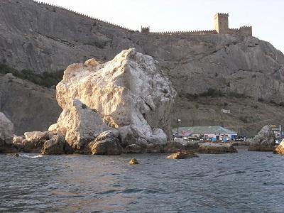 Крабий остров на фоне Генуэзской крепости