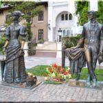 Памятник Дама с собачкой: герои творения А.П. Чехова в Ялте