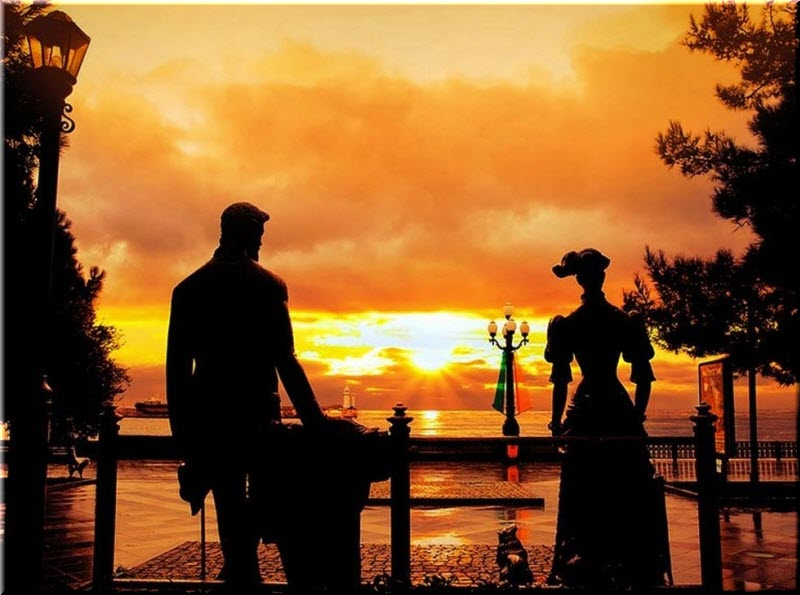 фото памятника на закате