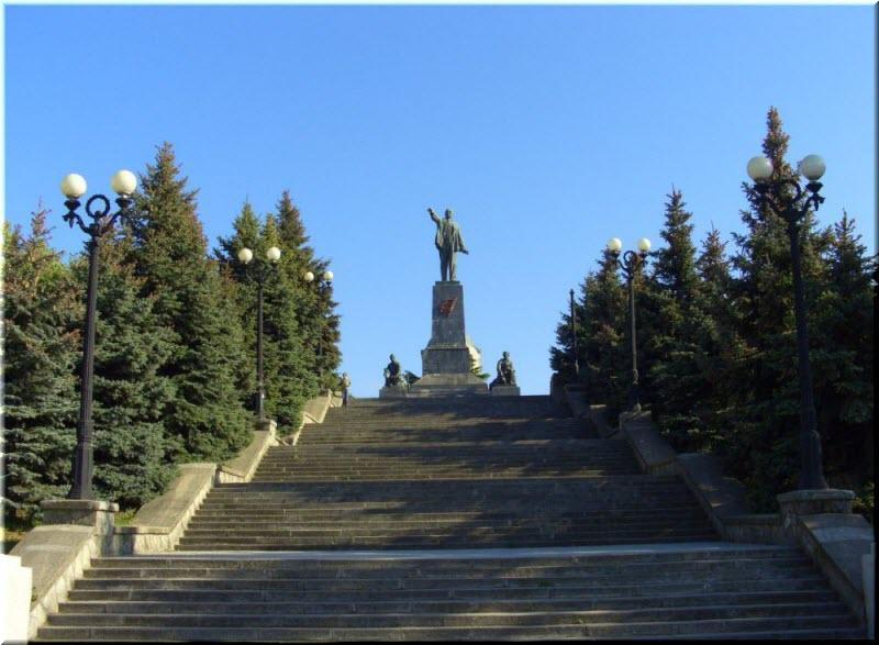 памятник Ленину на возвышенности