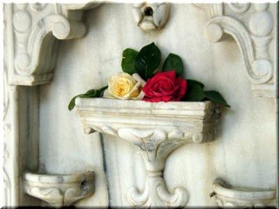 две розы в чаше Фонтана слез