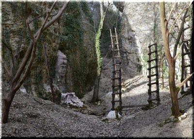 лестницы возле скал