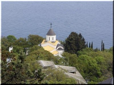 Покровский храм на фоне моря