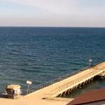 Онлайн камера с видом на причал и море у села Курортное