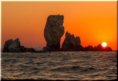 фото скал-кораблей на восходе