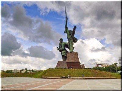 фото памятника Матросу и Солдату