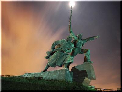 фото памятника ночью