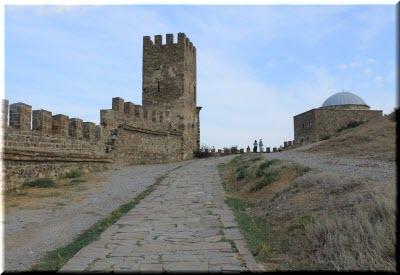 храм на фоне крепостных стен