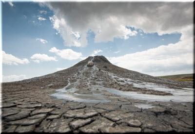 вытекающая из вулкана грязь