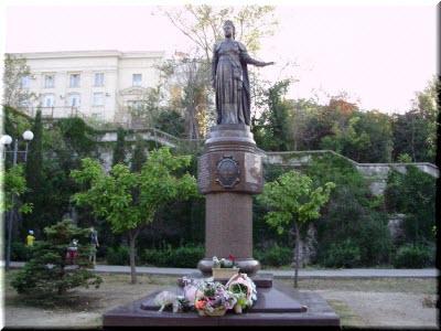 цветы у памятника Екатерине