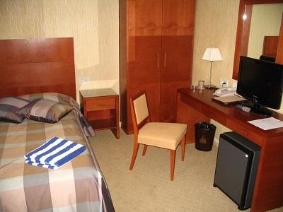В номере отеля Алые паруса