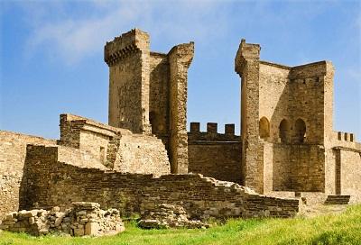 Разрушенные башни в Судаке