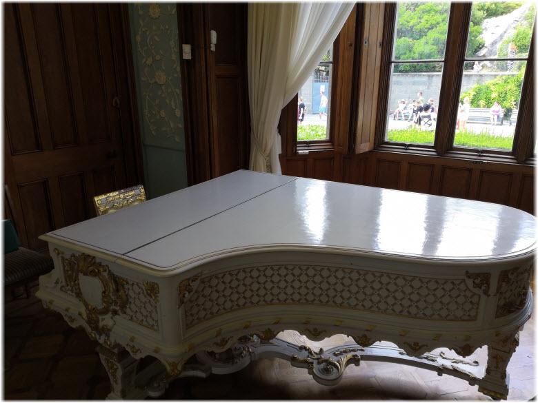 красивое пианино во дворце