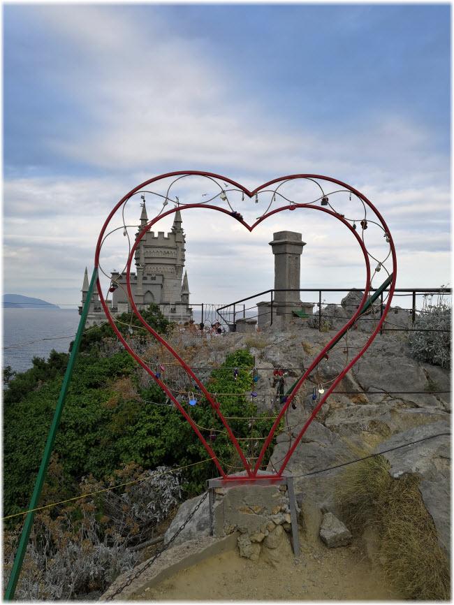 скульптура Сердце у замка