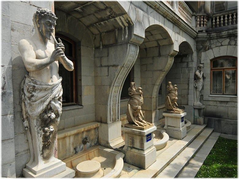 статуи в Массандровском дворце