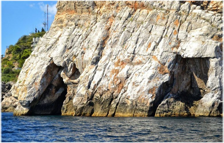 трещины в скале