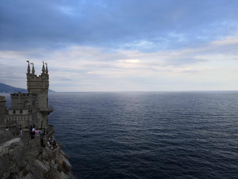 вид замка и моря