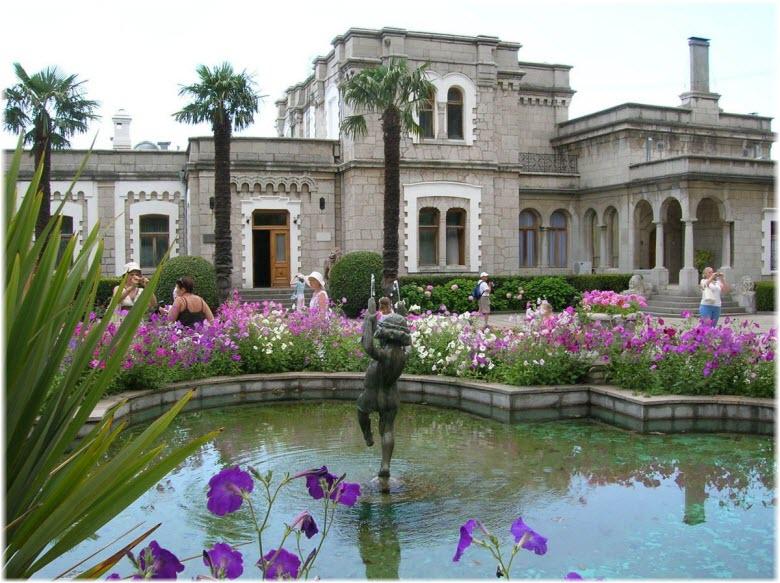 фонтан возле дворца
