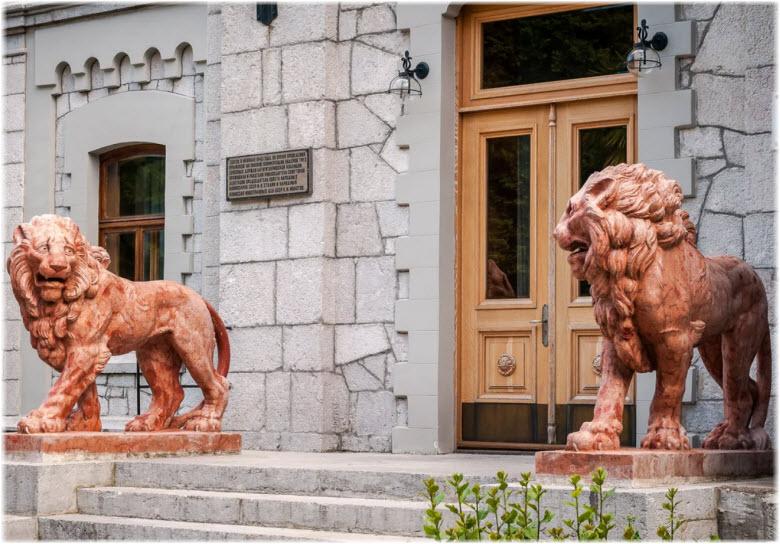 львы на входе в дворец