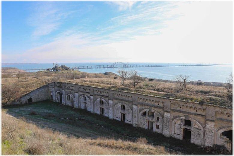 мост на фоне крепости