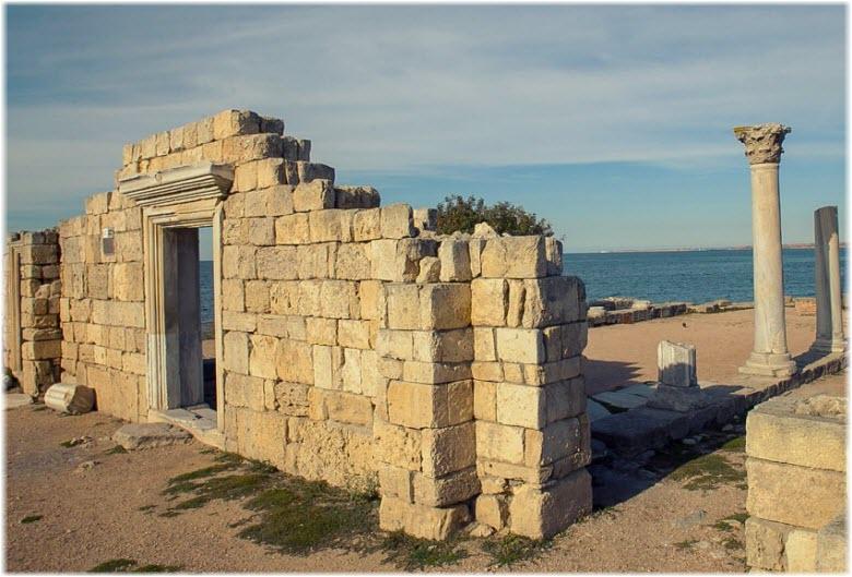 остатки стен строений Херсонеса