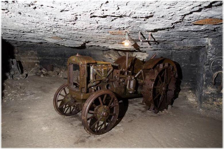 трактор в каменоломнях