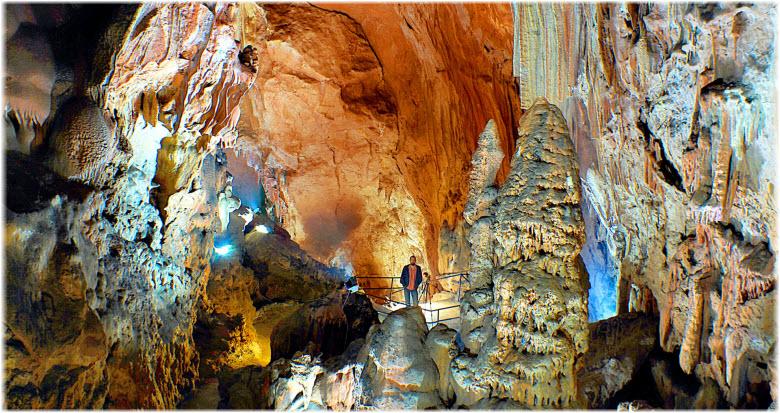фото туриста внутри Скельской пещеры