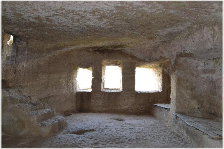 окна в Чуфут-Кале