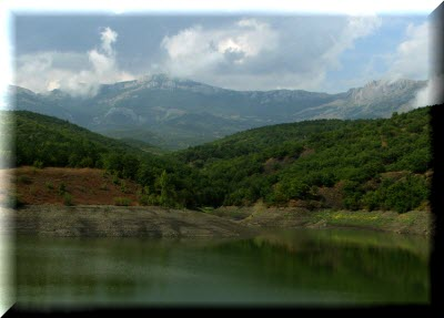 горное озеро Ворон в Крыму фото