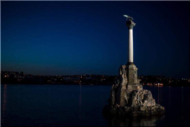 фото памятника затонувшим кораблям ночью