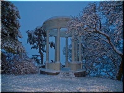 Серебряная беседка в снегу, зимой