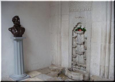 бюст Пушкина у фонтана