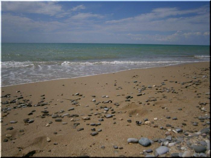 дикий пляж в сторону Берегового