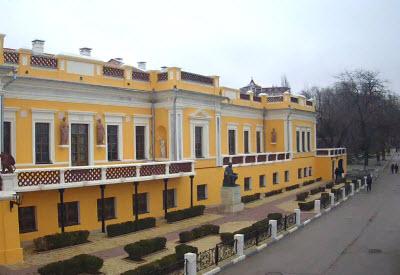 Онлайн камера у Картинной галереи Айвазовского в Феодосии