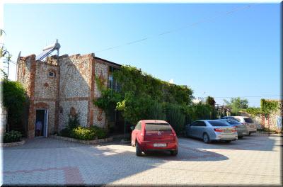 фото парковки и гостевого дома