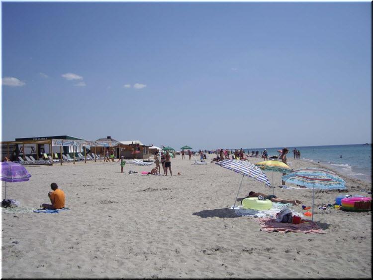 Центральный пляж в Штормовом