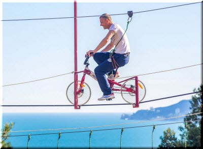 на велосипеде в веревочном парке