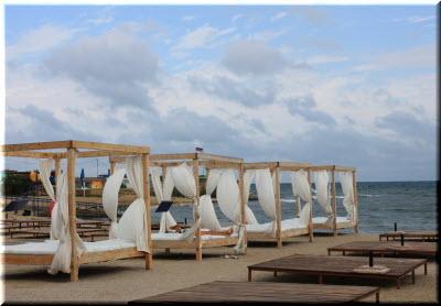 кабинки на пляже отеля Аквамарин
