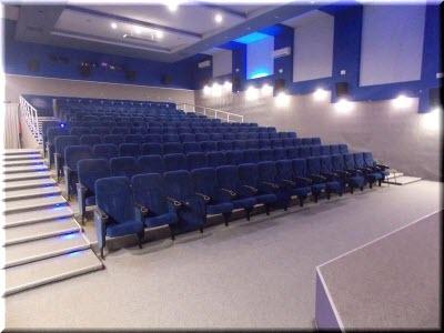 синий зал кинотеатра Украина