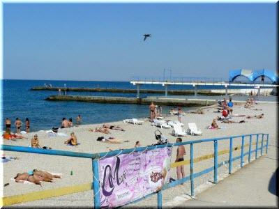 туристы на пляже Победы