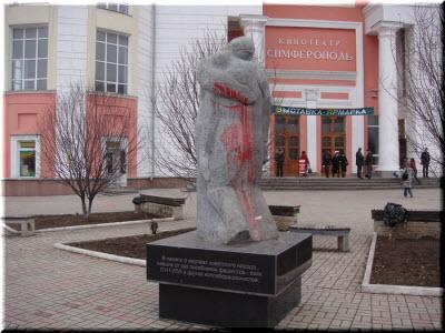 фото памятника облитого краской