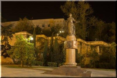 фото памятника Екатерине вечером