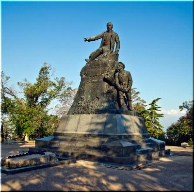 еще одно фото памятника Корнилову