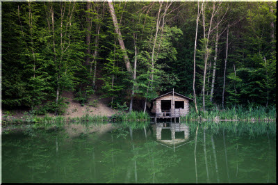 фото домика на озере