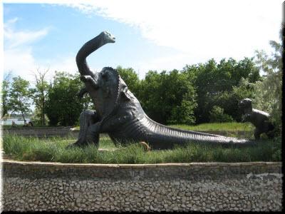 скульптура Бронтозавра в Саках