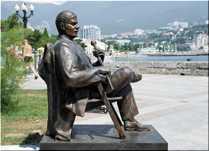 фото памятника Михаилу Пуговкину