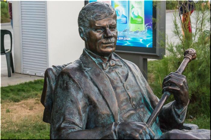 фото памятника Пуговкину вблизи