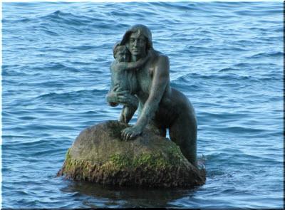 фото памятника Русалке с ребенком