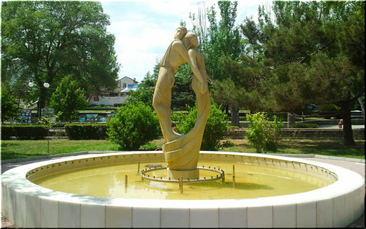 фонтан Влюбленные на набережной Феодосии
